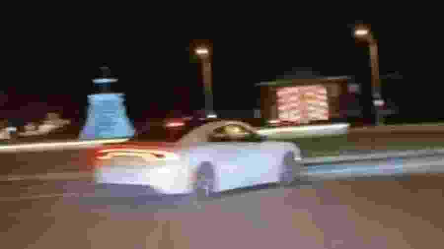 Dodge Charger bate em rotatória - Divulgação
