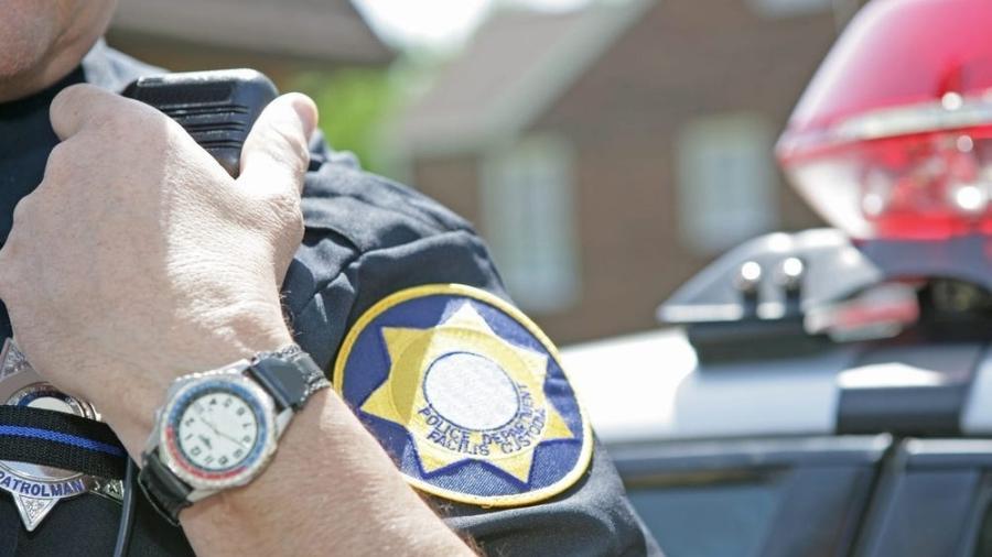 Policial utiliza rádio - Getty Images