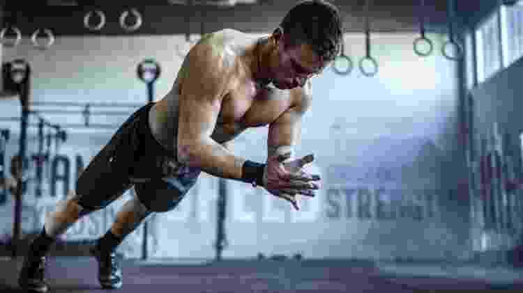 flexão de braços explosiva, pliometria, exercícios pliométricos - iStock - iStock
