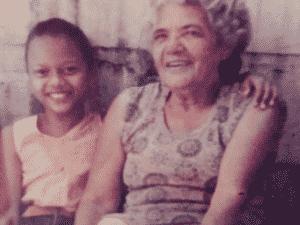 Carolina na infância com a avó - Acervo pessoal - Acervo pessoal
