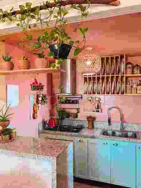 Prateleiras de pinus na cozinha de Roberta Ximenes, do @apto_1304 - Arquivo pessoal - Arquivo pessoal