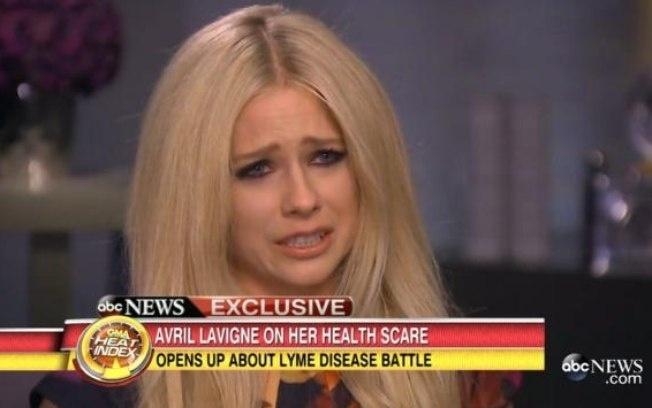 29.jun.2015 - Avril Lavigne chora ao lembrar o auge de sua doença