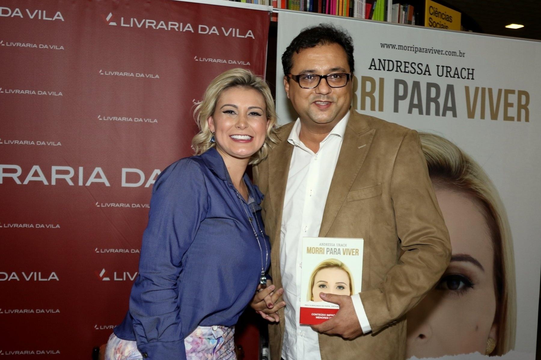 24.ago.2015 - Geraldo Luis posa para foto com Andressa Urach no lançamento da biografia da modelo no Shopping JK Iguatemi em São Paulo