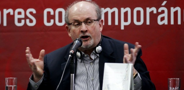 """03.dez.2015 - O escritor britânico Salman Rushdie durante lançamento de seu livro """"Dois Anos, Oito meses e 28 noites"""", em Bogotá, na Colômbia - EFE"""