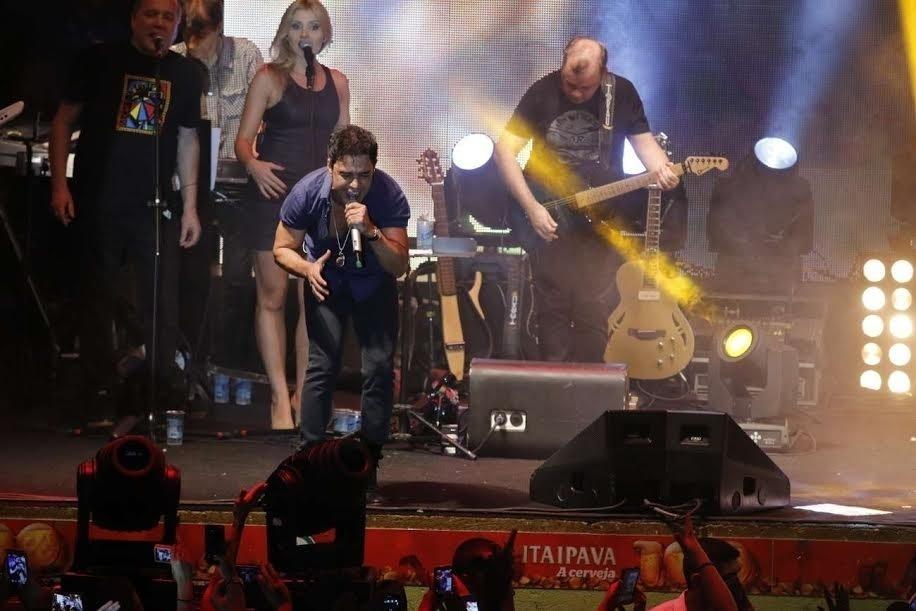 23.dez.2015 - Homenageados no samba-enredo de 2016 , a dupla Zezé Di Camargo e Luciano faz show na quadra da Imperatriz na noite de terça (22), no Rio de Janeiro