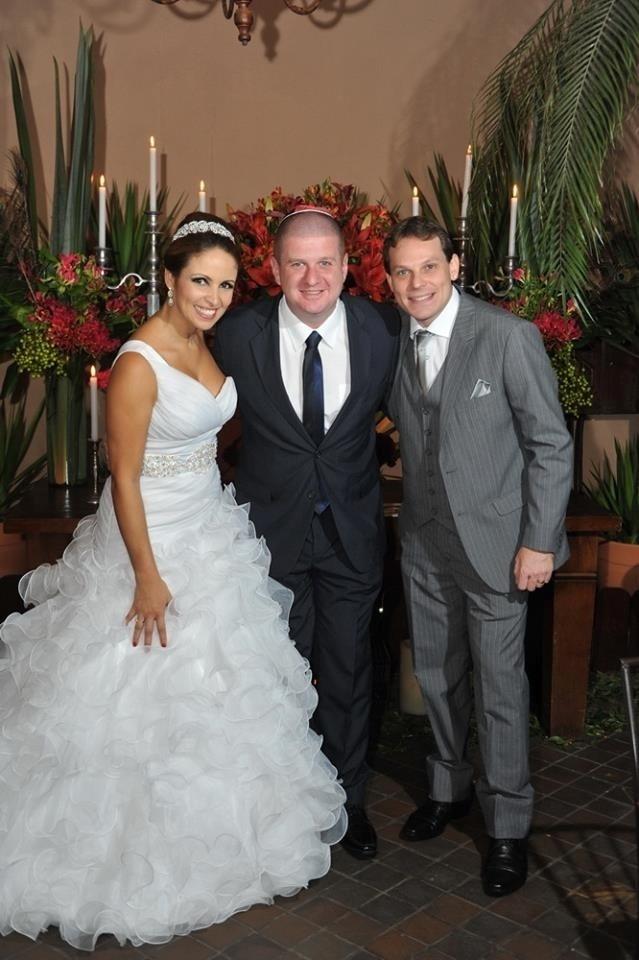 05.01.2016 - Jairo Roizen (ao centro) posa com os noivos no casamento de Ronny Potolski e da porta-bandeira Thais Paraguassu, da Unidos do Peruche