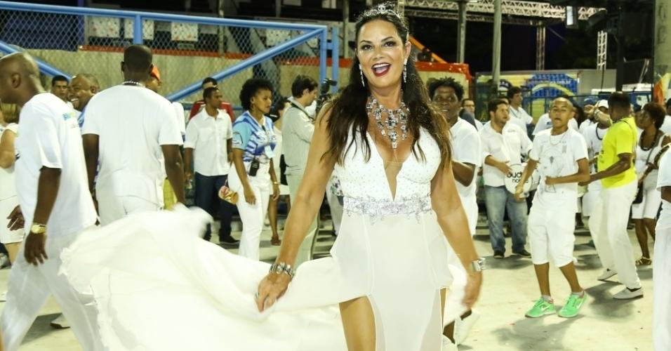 31.jan.2016 - A ex-modelo e empresária Luiza Brunet dançou à frente dos ritmistas na cerimônia de lavagem da Marquês de Sapucaí