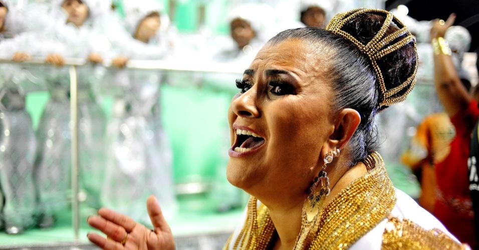 07.fev.2016 - A presidente Solange Bichara comemora o fim do desfile na dispersão da Mocidade Alegre
