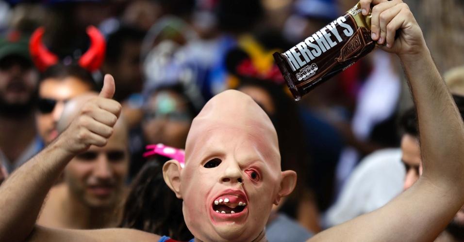 7.fev.2016 -  Bloco Cordão do Boitatá, que completa 20 anos, reúne foliões de todas as idades na Praça XV, na região central do Rio de Janeiro