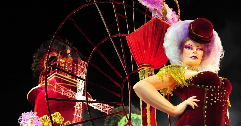 7.fev.2016 - Moulin Rouge é representado em um dos carros alegóricos da Vai-Vai, que homenageou a França