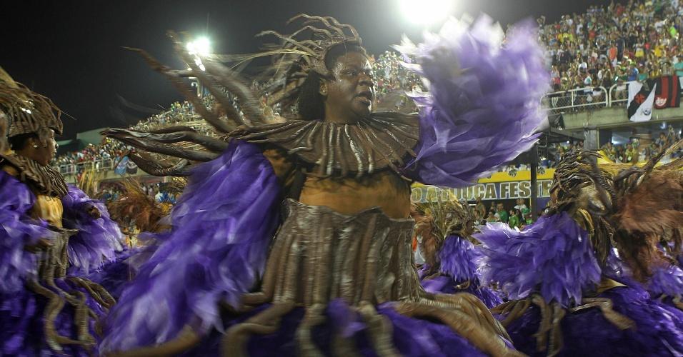 8.fev.2016 - Integrante da Unidos da Tijuca desfila na madrugada desta segunda embalado pelo samba-enredo sobre agricultura