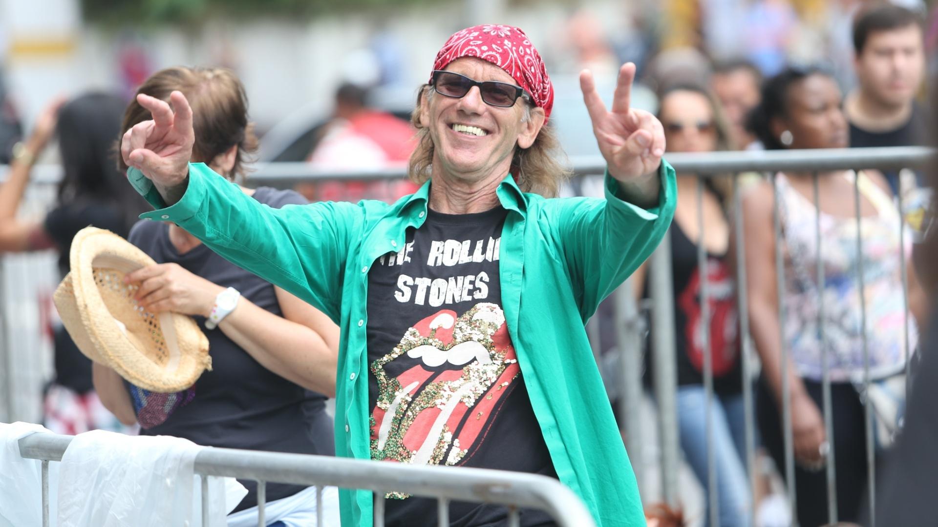24.fev.2016 - Sósia do guitarrista Keith Richards faz brincadeira na fila antes de entrar para o show dos Rolling Stones no estádio do Morumbi, em São Paulo