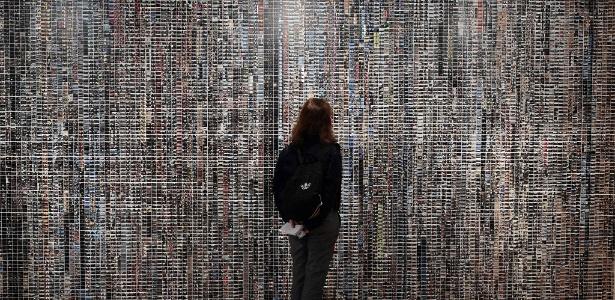 """20.mai.2016 - Visitante olhar para obra """"iPhone Wallpaper"""", feita de série de fotos de Ai Weiwei e sua equipe sobre a crise de imigrantes durante a exposição na Grécia - Louisa Gouliamaki/AFP"""