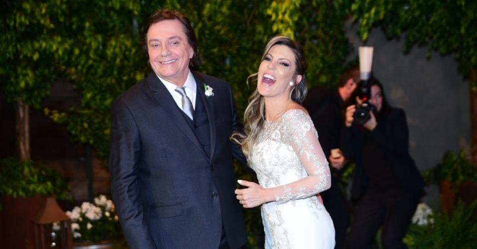 21.nov.2016 - Casados, Fábio Jr. e Fernanda Pascucci comemoram após a cerimônia em São Paulo