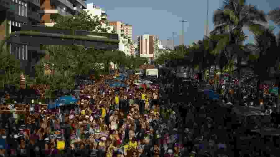 18.fev.2017 - Bloco Simpatia É Quase Amor reúne milhares de foliões no pré-Carnaval do Rio, na orla de Ipanema - Douglas Shineidr/UOL