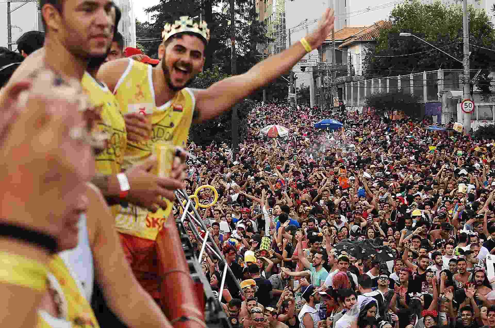 Bloco Agrada Gregos reúne multidão na região central de São Paulo na tarde deste sábado (25) - Reinaldo Canato/UOL