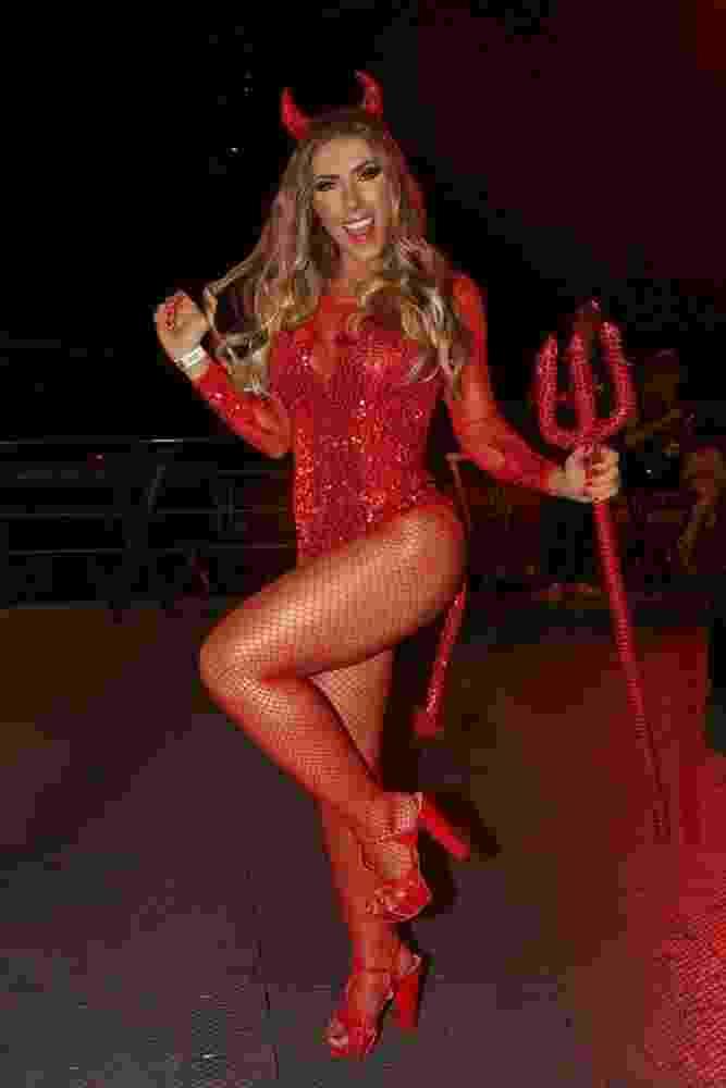 03.mar.2017 - O sambódromo do Anhembi recebe nesta sexta-feira (3) o desfile das campeãs do Carnaval 2017. Nos camarotes, famosos curtem a festa. Na imagem, a rainha da bateria da Gaviões da Fiel, Tati Minerato - Deividi Correa/ AgNews