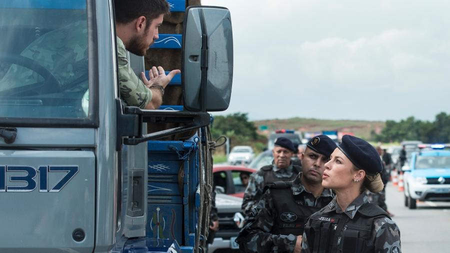 """Durante operação policial, Jeiza (Paolla Oliveira) pede para Zeca (Marco Pigossi) desembarcar em """"A Força do Querer"""" - Estevam Avellar/TV Globo"""