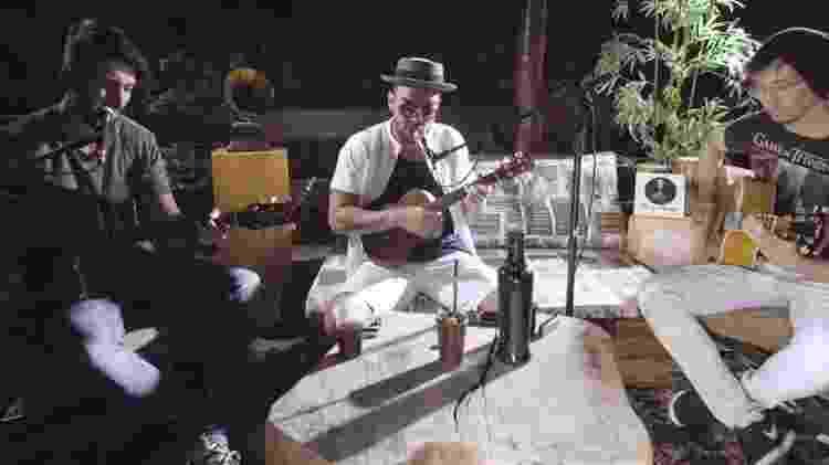 """Thiago Brava toca ukulele na música """"Passarinho"""" - Divulgação - Divulgação"""