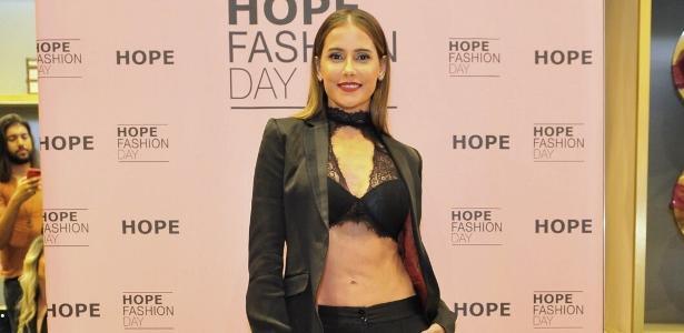 Deborah Secco deixa lingerie à mostra e revela barriga tanquinho em evento  - 22 03 2018 - UOL TV e Famosos 1bf8765d894