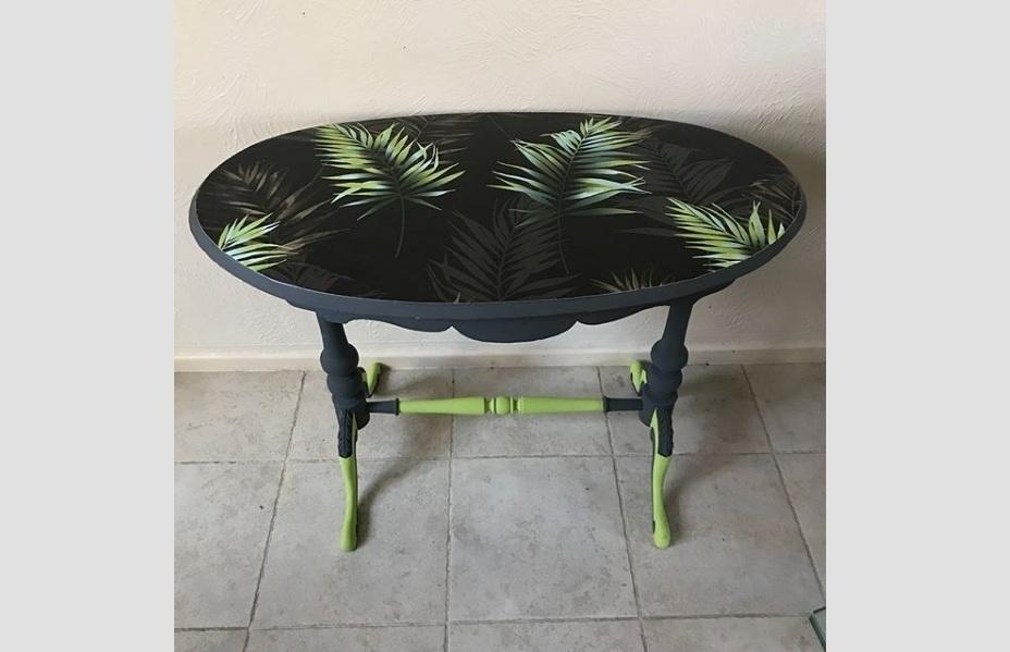 Sabe aquela mesa simples, com tampo de uma única cor? Também dá para atualizá-la com papel de parede. O cuidado é apenas para escolher um modelo de revestimento que seja à prova de derramamento de líquidos. Uma boa pedida são os do tipo impresso em vinil