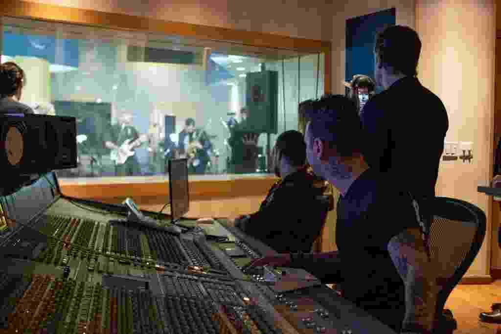 Banda Maquinamente durante pocket show no Midas Studios - Divulgação