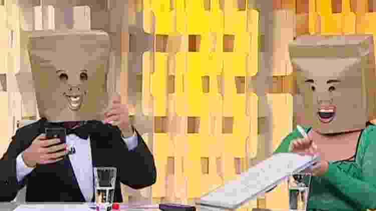 """Gabriel Cartolano e Valentina Francavilla como """"Homem do Saco"""" e """"Mulher do Saco"""" no """"Fofocando"""" - Reprodução/SBT - Reprodução/SBT"""