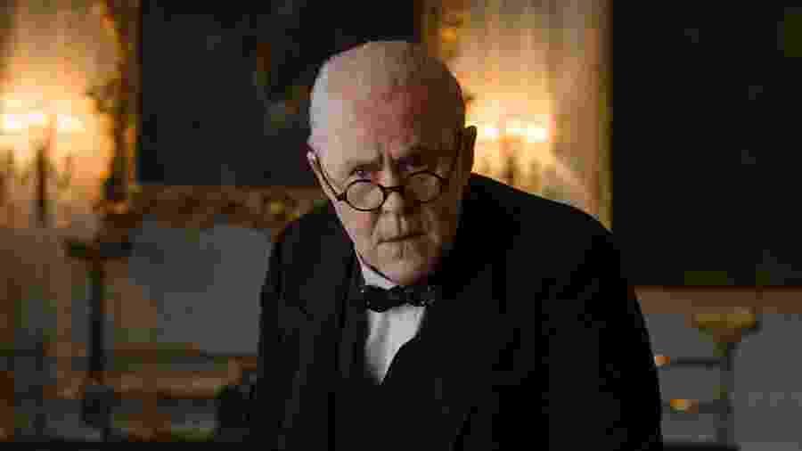 """John Lithgow em cena de """"The Crown"""" - Divulgação/Alex Bailey/Netflix"""
