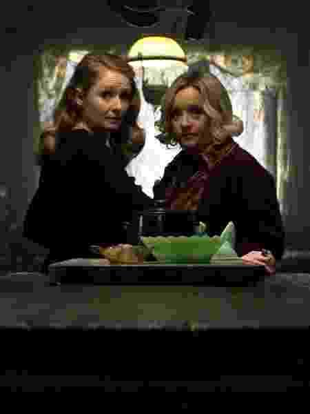 """As tias Zelda (Miranda Otto) e Hilda (Lucy Davis) em """"O Mundo Sombrio de Sabrina"""" - Divulgação - Divulgação"""
