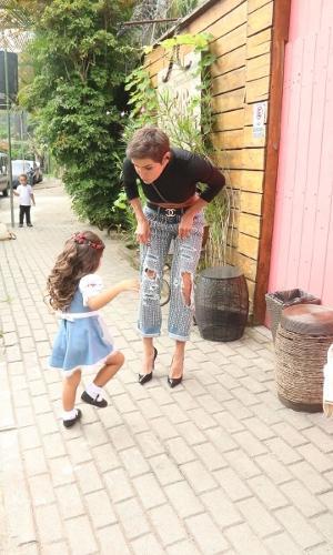 Maria Flor chega com a mãe Deborah Secco à sua festa de aniversário