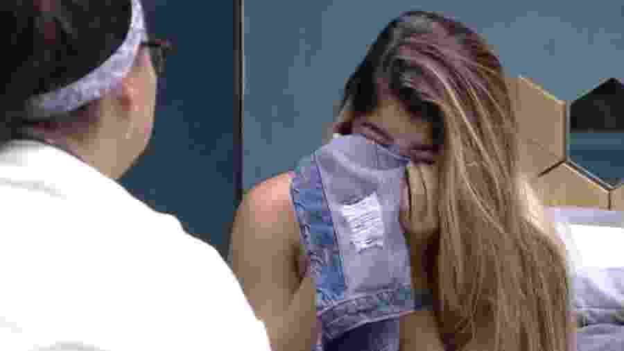Hariany chora em conversa com Tereza no quarto  - Reprodução/GloboPlay