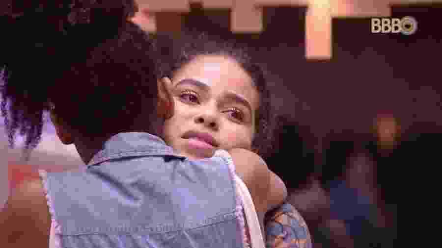 Gabriela abraça Elana após discussão na cozinha da casa - Reprodução/GloboPlay