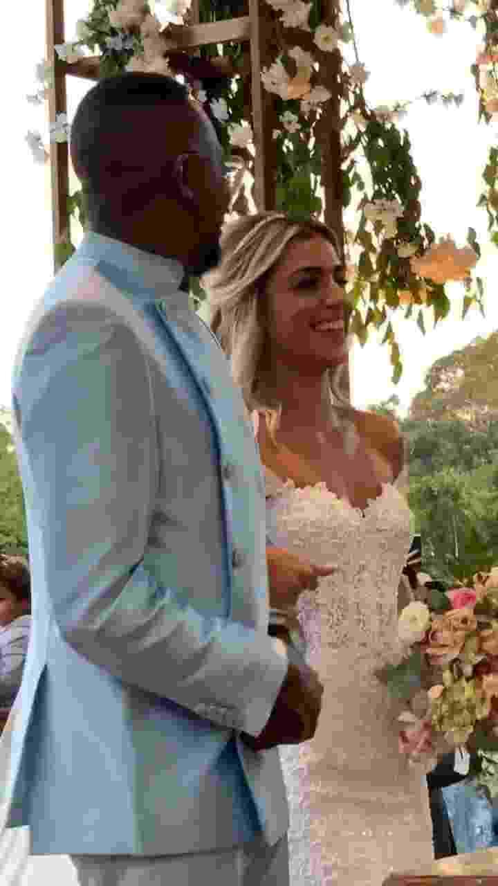 Os noivos Mumuzinho e Thainá Fernandes no altar, durante a celebração feita pelo cerimonialista Bruno Flores - Reprodução/Instagram