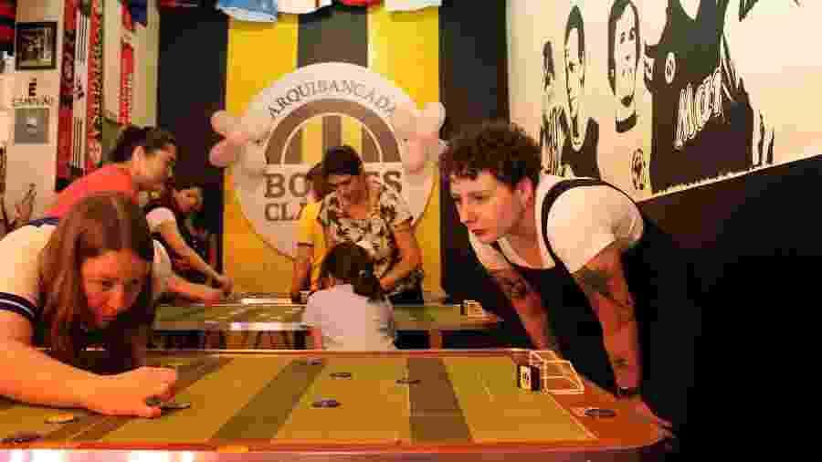 Torneio feminino de futebol de botão em bar na zona oeste de São Paulo - Natália Eiras/UOL