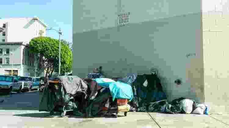 Moradores de rua da região barra pesada conhecida como Skid Row, em Los Angeles - iStock