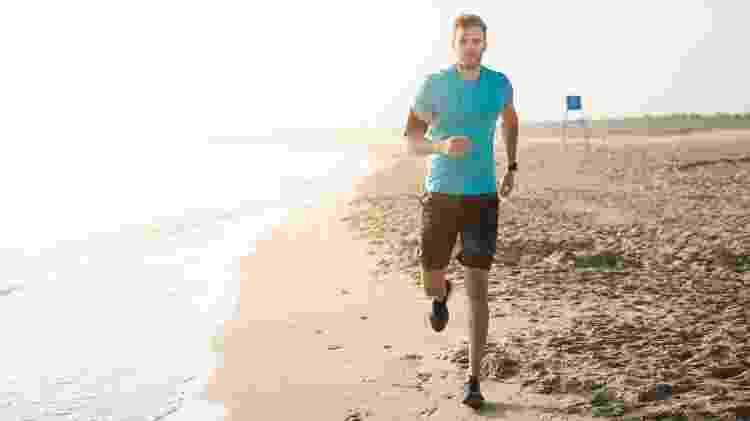 Procure não molhar o tênis, pois junto com a água entra areia no calçado, que pode causar bolhas - iStock