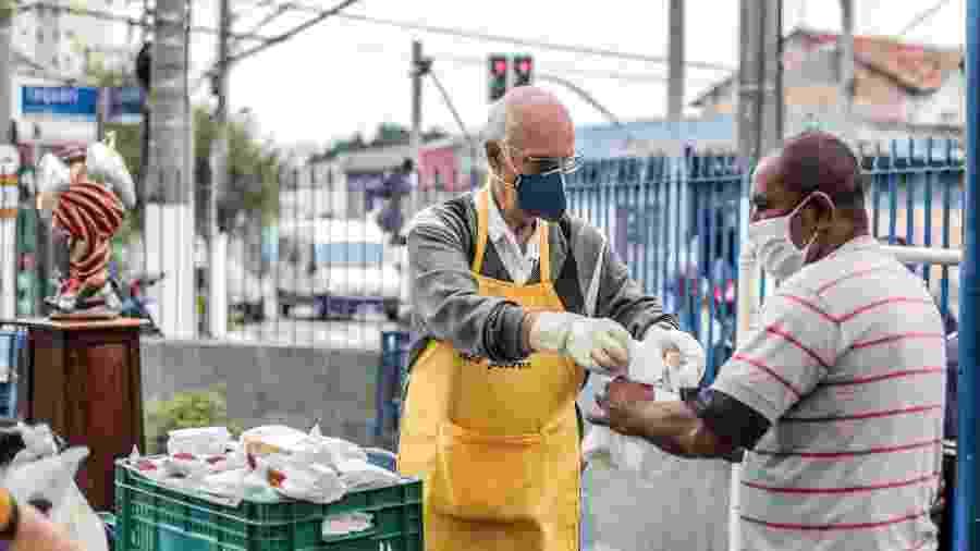 Retrato do padre Júlio Lancelotti durante distribuição de alimentos na Paróquia Sao Miguel Arcanjo, no bairro da Móoca - Ricardo Matsukawa/UOL