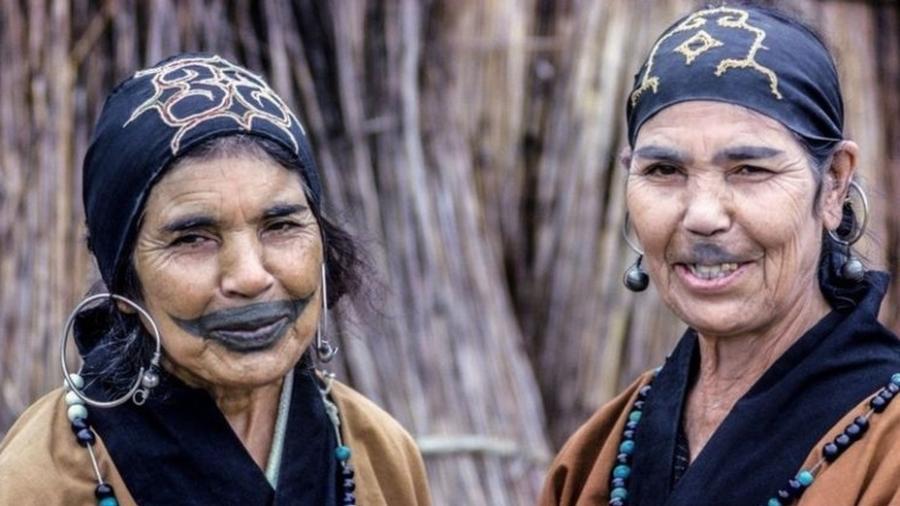 Os Ainu foram incorporados pela sociedade japonesa, e suas tatuagens tradicionais e outros costumes foram banidos - Alamy/BBC