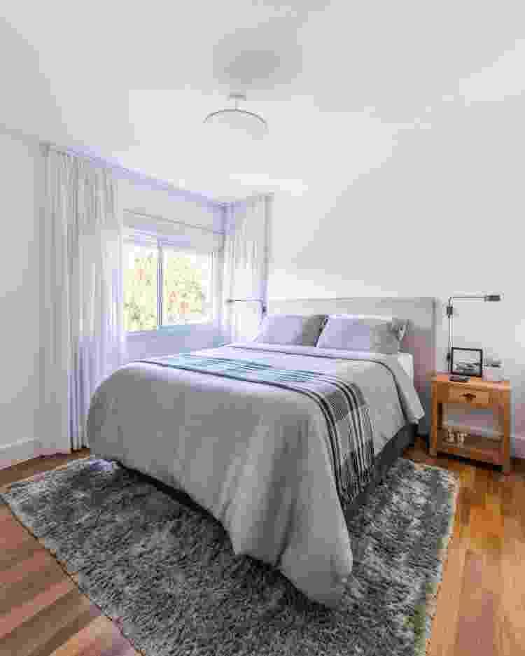 No dormitório, o tapete felpudo tem a atribuição de bem-estar e conforto térmico quando os moradores levam da cama e não tocam os pés diretamente no piso - Guilherme Pucci - Guilherme Pucci