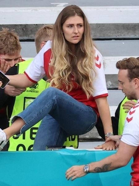 Sabrina Kvist Jensen entra em campo após o namorado, Christian Eriksen, camisa 10 da Dinamarca, ter uma síncope no gramado - WOLFGANG RATTAY/AFP