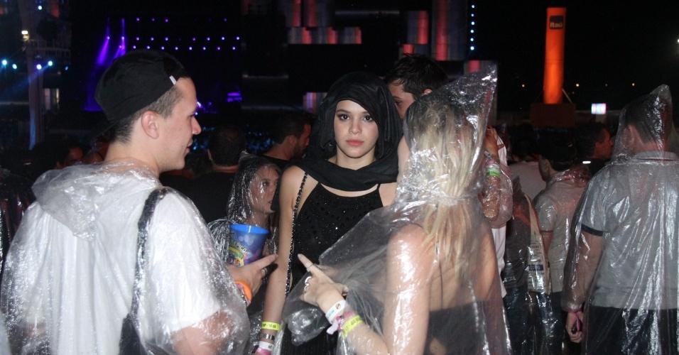 27.set.2015 - Em dia de chuva no Rock in Rio, Bruna Marquezine improvisa capa com casaco para curtir show na pista