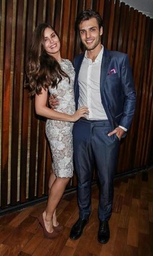 18.nov.2015 - Camila Queiroz e o namorado Lucas Cattani posam juntos no 1fb104936f