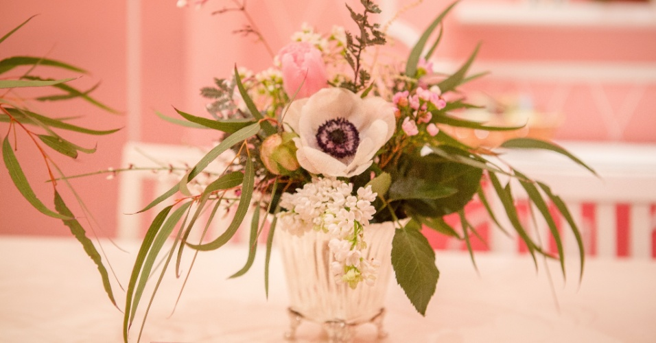 Arranjo de anêmonas, da Didi Gheler, compunha a decoração da mesa do chá da tarde do aniversário de Stephanie. A decoração foi assinada por Juliana Bajon