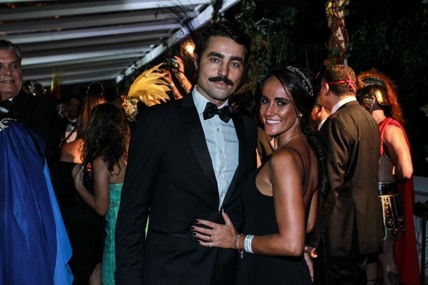 6.fev.2016 - O ator Ricardo Pereira com a mulher Francisca no Baile do Copa