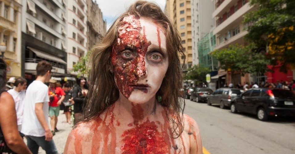 7.fev.2016 - 9ª edição da Zombie Walk de Curitiba ocupa a rua XV de novembro e atrai milhares de mortos-vivos
