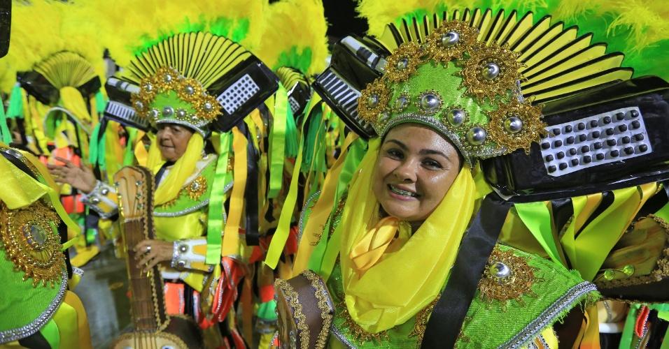 """8.fev.2016 - Integrante da Vila Isabel durante o desfile da escola de samba, cujo samba-enredo traz o tema """"Memórias do Pai Arraia - Um Sonho Pernambucano, um Legado Brasileiro"""""""