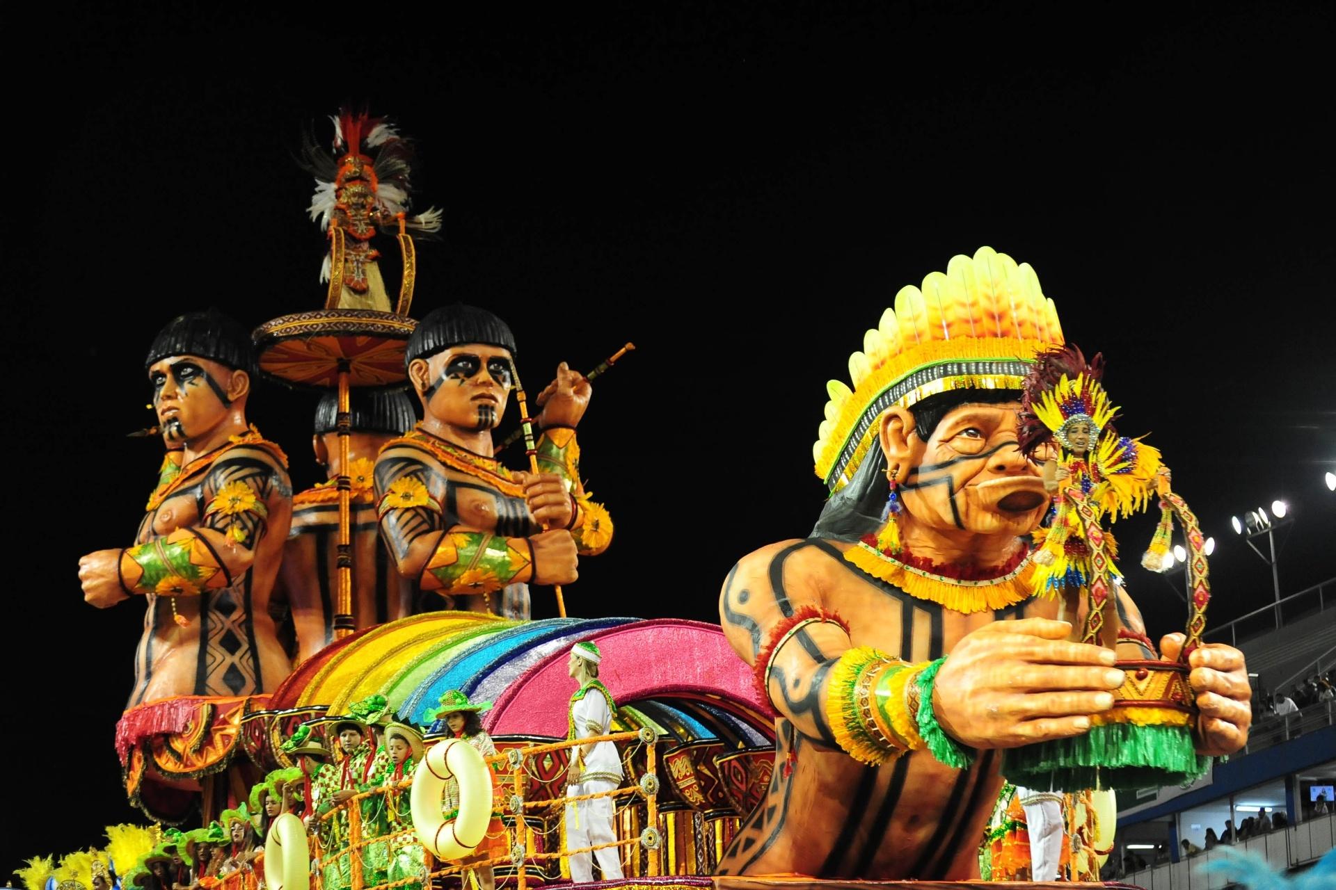 13.fev.2016 - Carro alegórico da Mancha Verde homenageia tribos indígenas do Mato Grosso