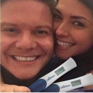 Thais Fersoza e Michel Teló posam com testes de gravidez positivos para comemorar a primeira gestação da atriz - Reprodução/Instagram/tatafersoza