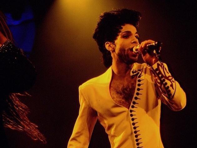 """Prince em 1992, época em que abandonou sua antiga alcunha e adotou um símbolo que representava a palavra """"love"""" (amor) como nome artístico"""