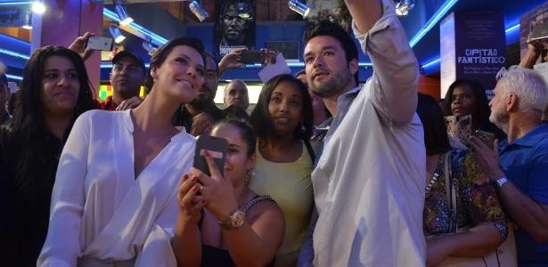 Sergio Marone e Camila Rodrigues (dir.) posam com fãs em Lisboa, ontem - Divulgação